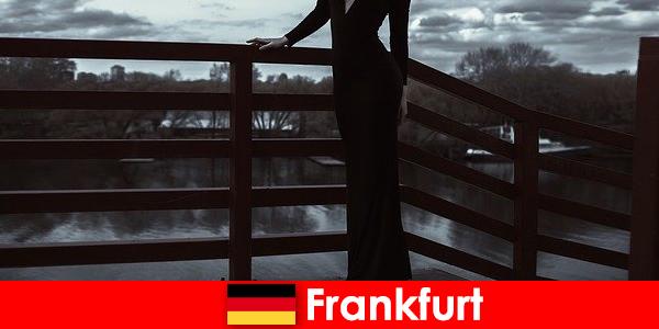Frankfurt am Main'deki şehvetli yönetici eskortları müşterilerini baştan aşağı şımartıyor