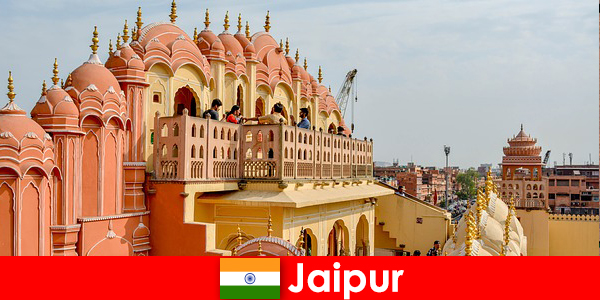 Etkileyici saraylar ve son moda, Hindistan'ın Jaipur kentinde turistler tarafından bulunabilir.