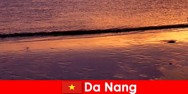 Da Nang, orta Vietnam'da bir sahil şehridir ve kumlu plajlarıyla ünlüdür.