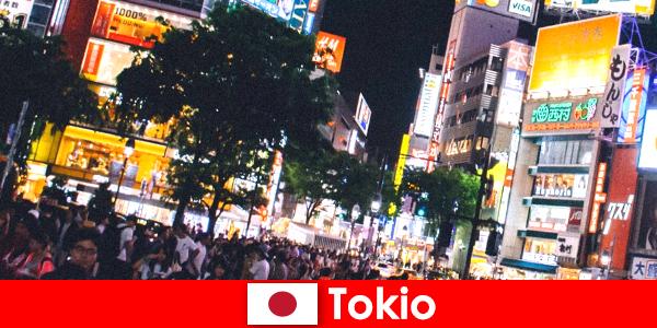 Titrek neon ışıklı şehirdeki tatilciler için Tokyo, mükemmel bir gece hayatı